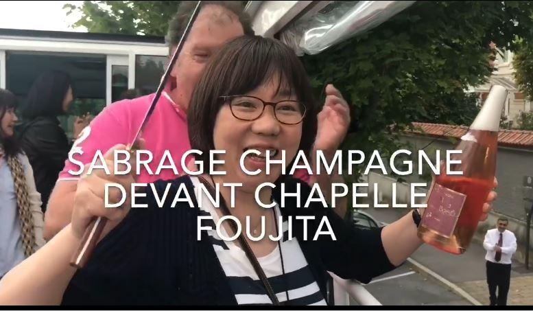 Reims : des touristes japonais dégustent du champagne rosé devant la chapelle Foujita