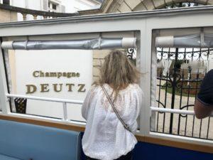Touriste devant le Champagne Deutz